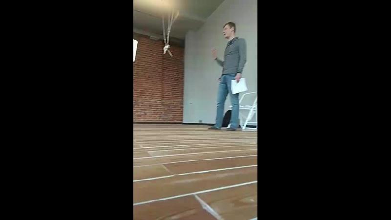 Преподаватель Академии Йоги и Йогатерапии Прокуниных Алексей Рыбаков, проводит класс по санскриту