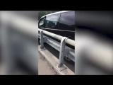 Видео водитель минивэна спрыгнул с моста после ДТП в Сочи