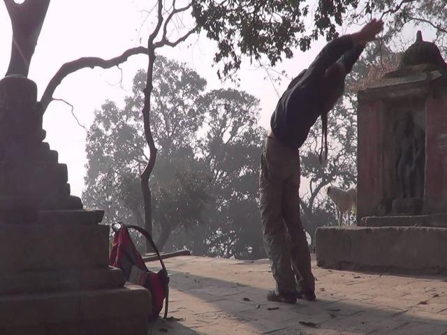 Сурья намаскар возле ступы Сваямбунатх
