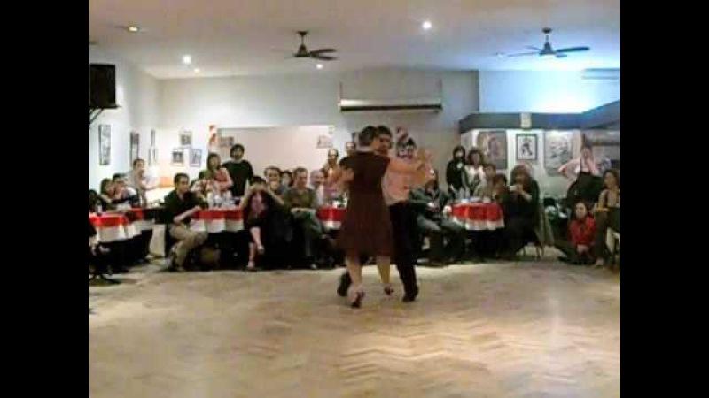Fernando Sánchez y Ariadna Naveira bailando un tango en La Marshall