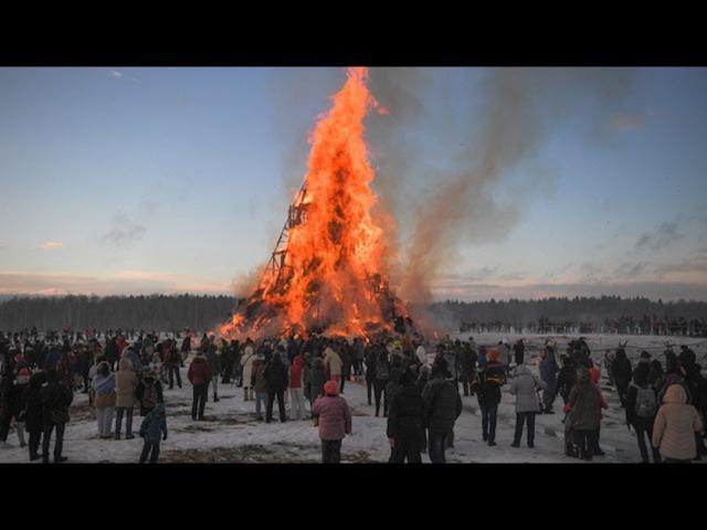 Live – Maslenzia-Feierlichkeiten: Skulptur einer gotischen Kathedrale wird abgebrannt