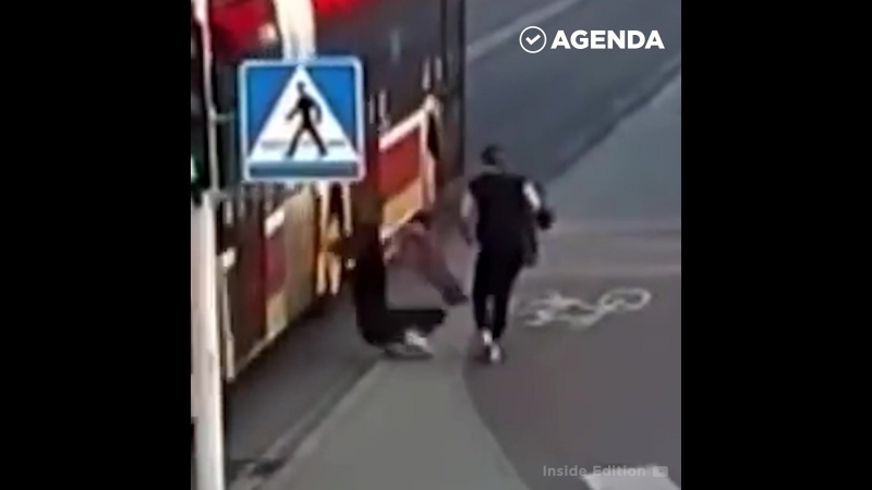 Толкнула подругу под автобус