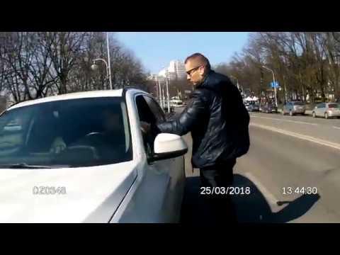 БЕСПРАВНИК на белоснежной BMW на российских номерах качает права (25 марта 2018, около Оперного)