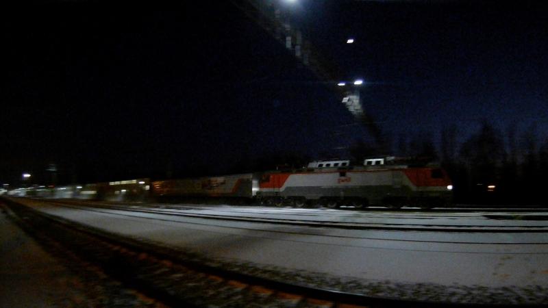 Фирменный двухэтажный поезд(с почтовым вагоном) во главе электровоза ЭП20 на участке Раменское-Фабричная.