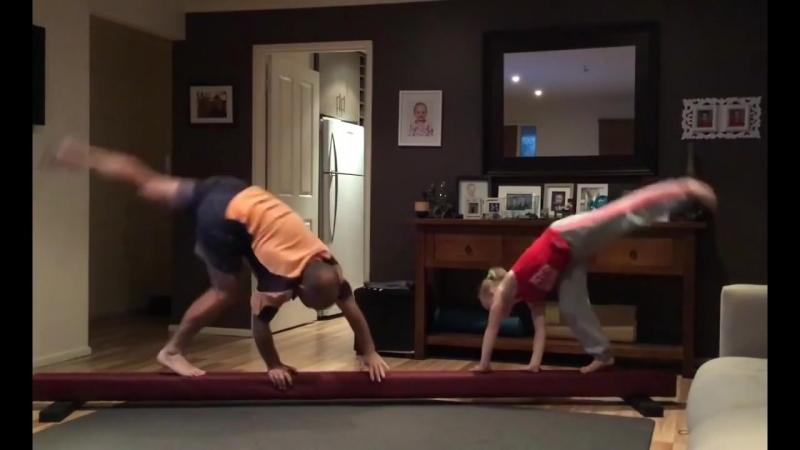 Фантастический отец маленькой гимнастки пытается повторять за дочерью все ее трюки (хорошее настроение, юмор, семья дочь, дочка)