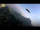 Полет в вингсьюте со скалы В Китае спортсмены в летательных костюмах совершили прыжок с высоты 1 5 км