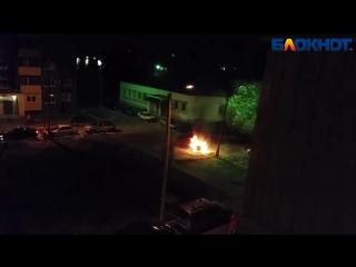 Горящий автомобиль на Бульваре Профсоюзов в Волжском попал на видео