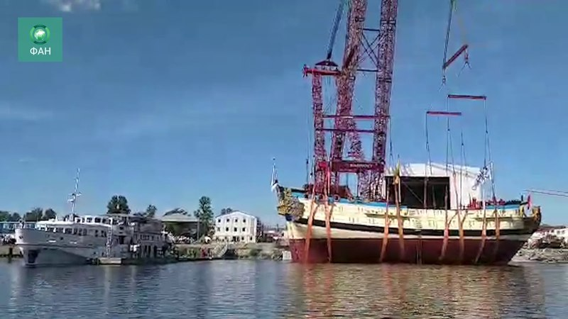 Копию легендарного корабля Полтава Петра I спустили на воду в Петербурге