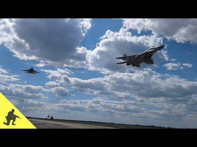 Прохід пари винищувачів МіГ-29 на надмалій висоті