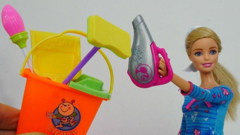 Barbie rutina de la mañana limpiando su casa. Vídeos de juguetes.