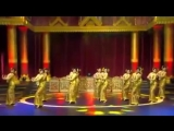 Мьянманские красивые девушки танцуют с мьянмой традиционной новогодней песней