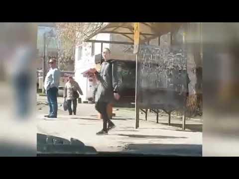 Девушка коротает время в ожидании автобуса