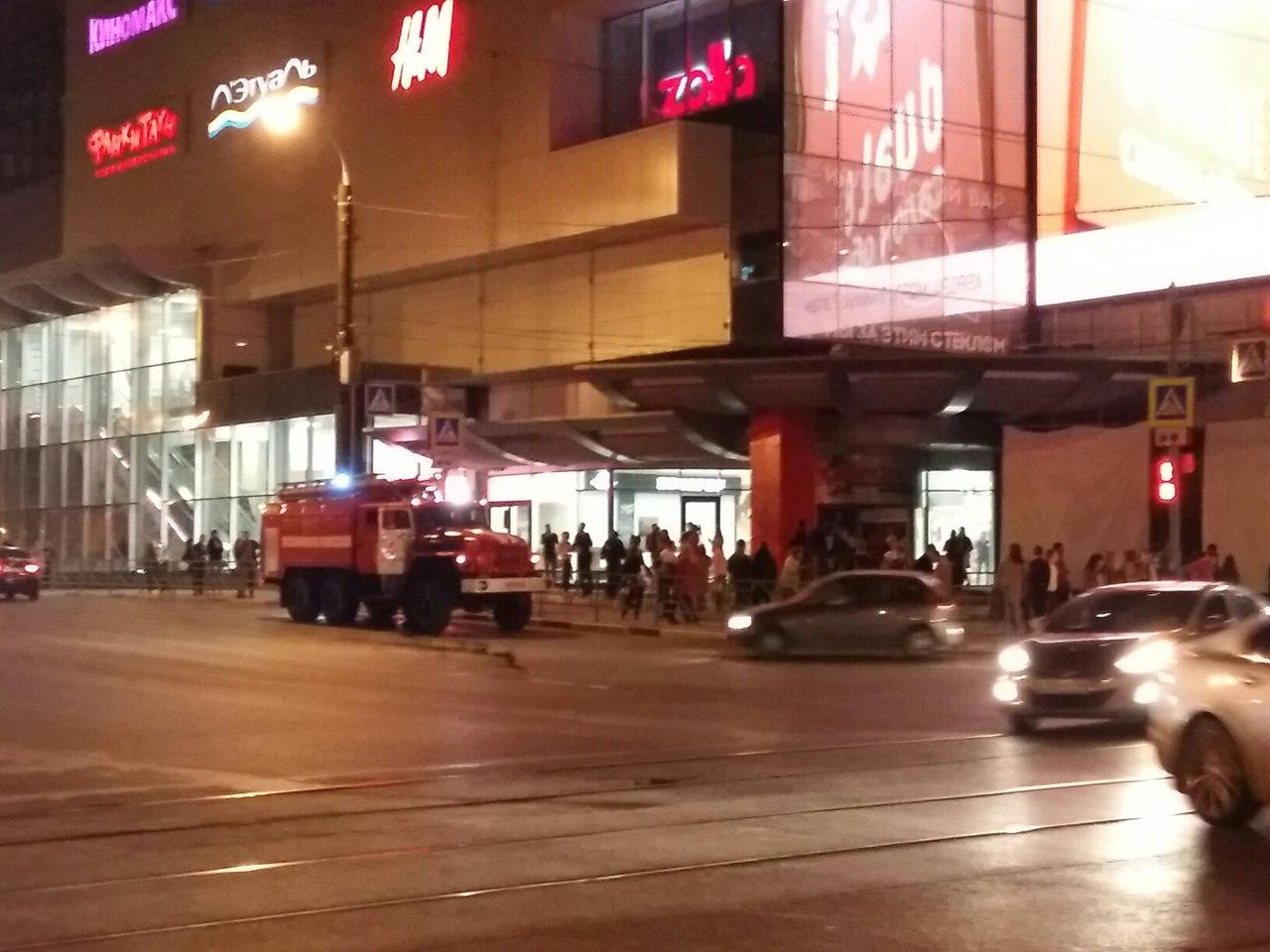 Эвакуация возле ТЦ «Вива Лэнд», источник фото