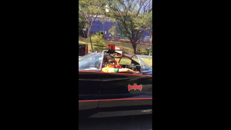 Бэтмен и Робин спешат на помощь