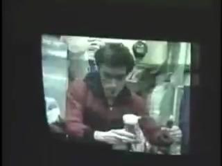Космонавт Сергей Крикалев пьет Coca-Cola на орбите