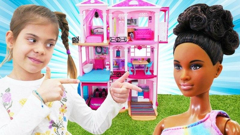 Elis Barbieye yeni eve taşınmasına yardım ediyor
