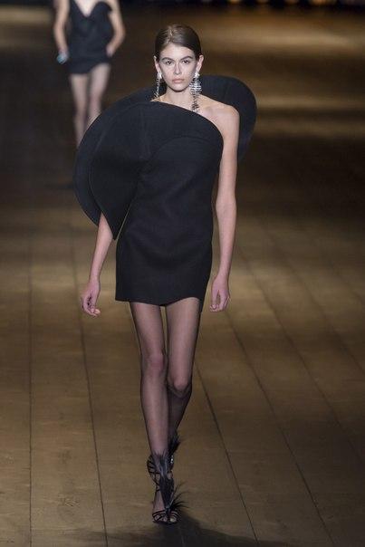 Шляпы в винтажном стиле, перья и широкие плечи в драматичной коллекции Энтони Ваккарелло для Saint Laurent
