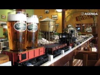 Поезда привозят пиво в ресторане