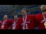 Cборная по хоккею поёт гимн России.