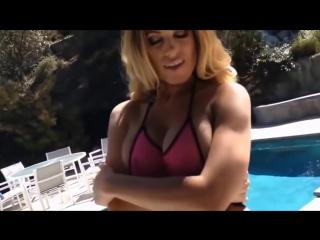 Сисястая девушка у бассейна