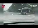 Китаец перевозит машину на мотоцикле