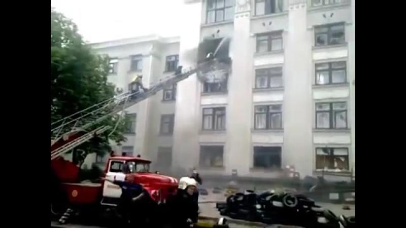 Украина Ракетный удар Луганск Снаряд попал в здание ОГА