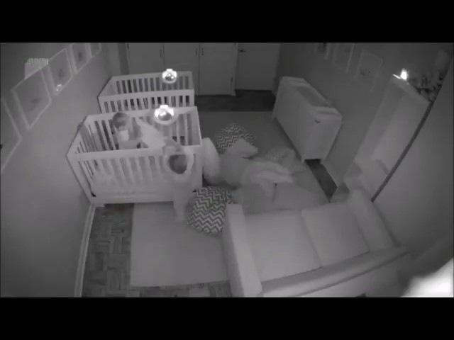 Как двухлетние близнецы устроили знатный ночной тусняк
