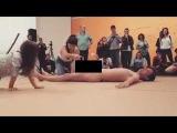 Museu de Arte Moderna de SP tem exposição em que criança é estimulada a tocar homem nu