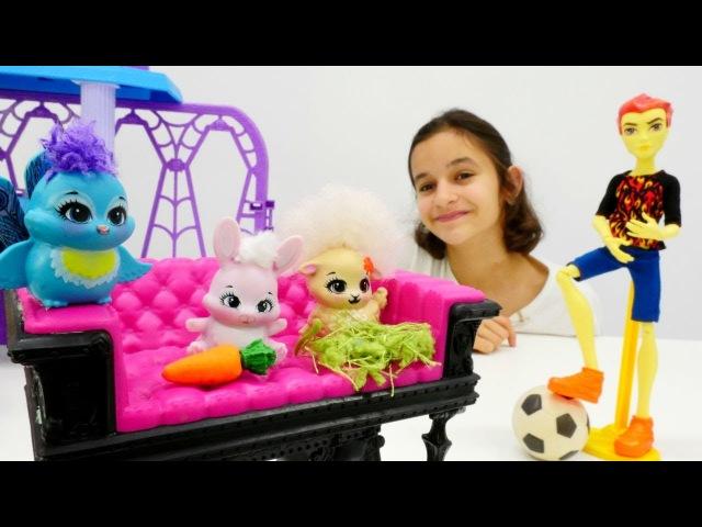 Monster High oyuncakları ormanda Enchantimals hayvanları buldular