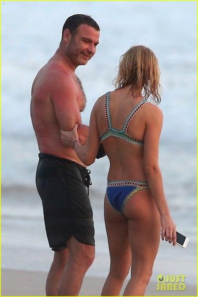 Лив Шрайбер с новой девушкой на пляже в Коста Рике