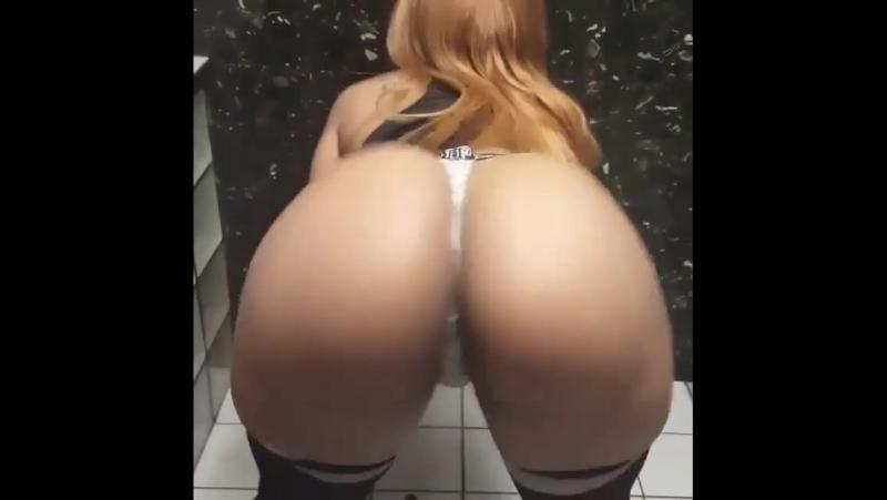 разделась в туалете,показала попу,жопа,сочная попа,большая грудь,тверк,скайп