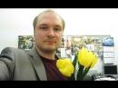 Мужик в стальном пиджаке читает стихи о цветах желтые тюльпаны -