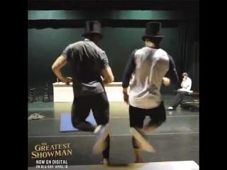 Зак и Хью Джекман танцуют на репетиции танцевальных номеров для фильма «Величайший шоумен»