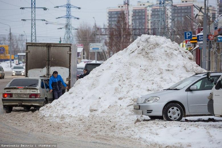 Мэр Томска пригрозил штрафами предприятиям, складирующим снег на дорогу