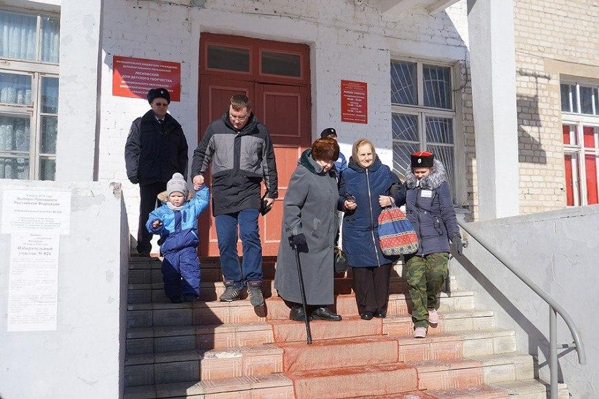 Волонтеры кадетского казачьего класса на выборах 2018 HRMn8cbBehM