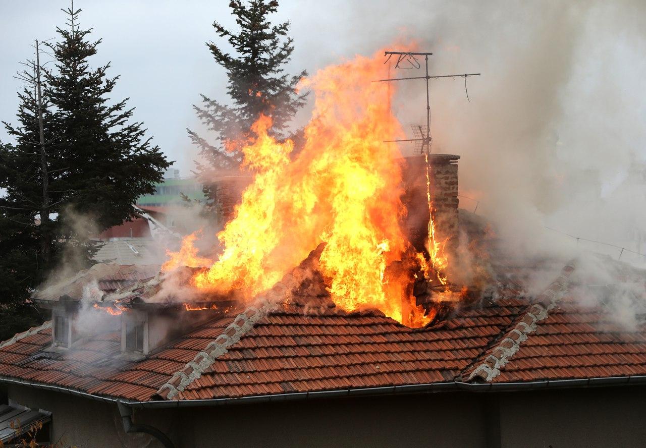 Мужчину спасли из горящего дома в Феодосии