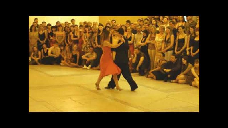 «Крутится - вертится шарф голубой, крутится - вертится над головой...» - Аргентинское Танго.
