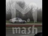 Машина полиции спешит по тротуару в Москве