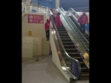 Швейцарский фристайлер Фабиан Бош - подъём по эскалатору - Олимпиада в Пхёнчхане
