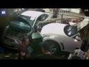 Автомобиль, протаранив стену мастерской, чудом не задел механиков в Москве (Видео)