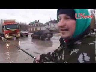 В Волгограде автомобилисты в знак протеста устроили рыбалку в дорожных ямах