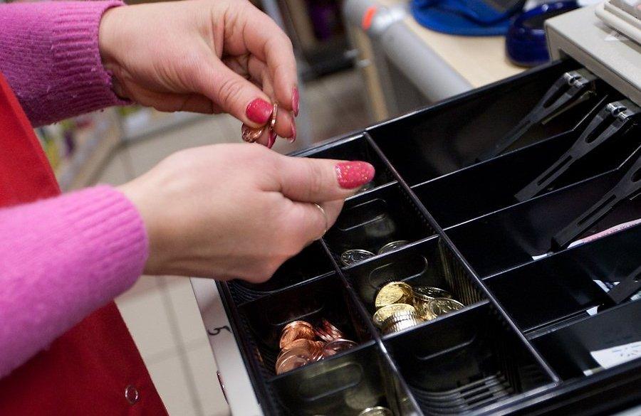 В Таганроге продавщица супермаркета три месяца воровала деньги из кассы