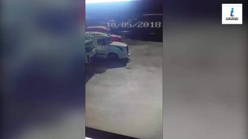 Нападения банды детей на автобазу в Адамовке. Воришки вскрыли две фуры, разбив стекло