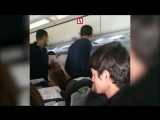 Пьяного пассажира примотали скотчем к креслу