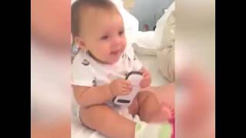 Bebeklerin müzikle dans etmeleri çok komik şirin bebek