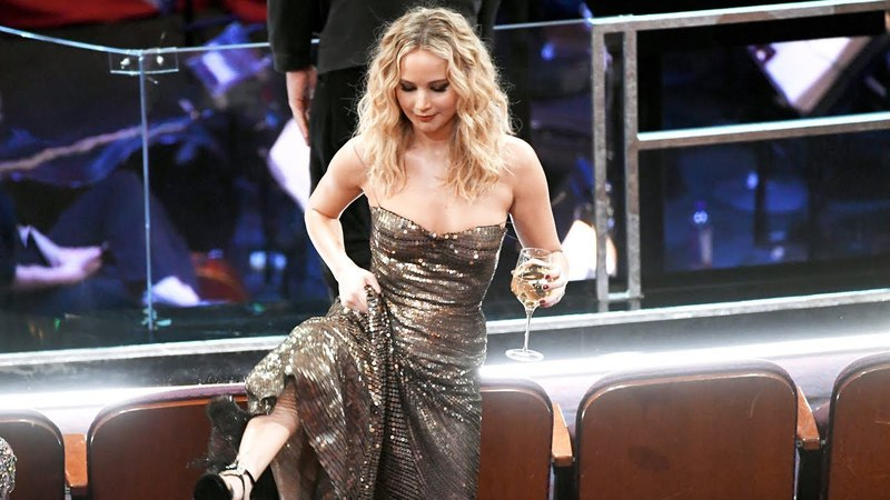 Jennifer Lawrence CLIMBS Over Chairs With Wine Glass To Meet Meryl Streep At Oscars 2018