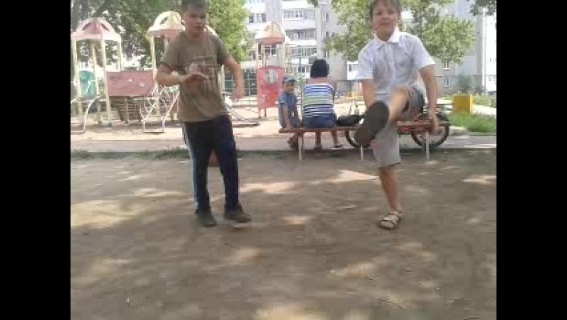 танцуют локтями