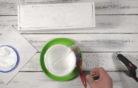 Приклейте одноразовую тарелку к банке с краской и вы защититесь от нео