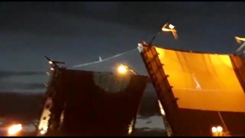 канатоходец в первые на разведение Дворцового моста