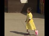 Реакция одноклассников на девочку, пришедшую в школу с новым протезом